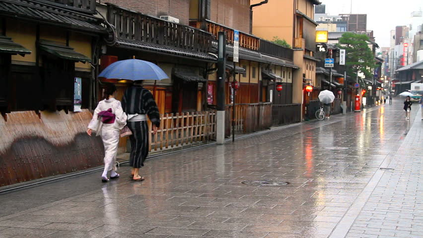 walking couple in Kyoto