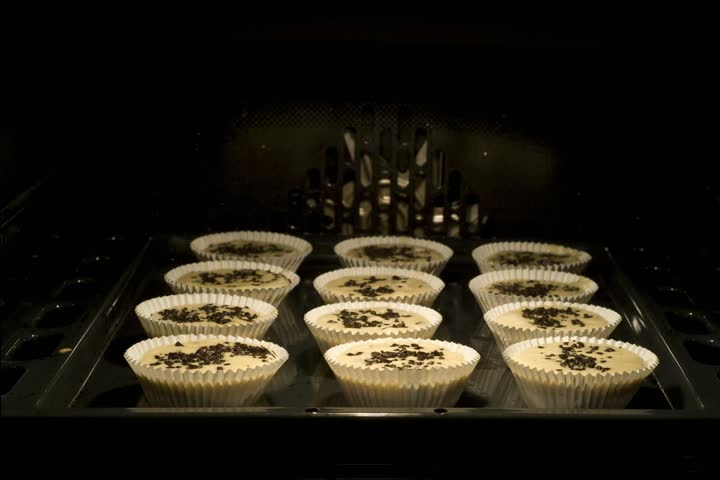 oven baking muffins timelapse