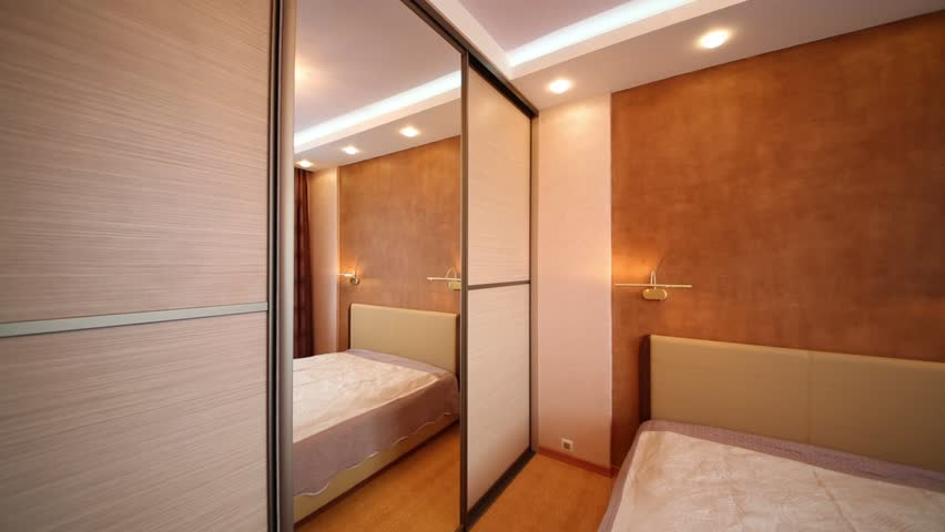 Small bedroom with closet large mirror and beige double for Big bed small room